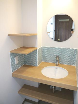 名古屋モザイクタイル「フォーリア」を施した可愛い造作洗面化粧台
