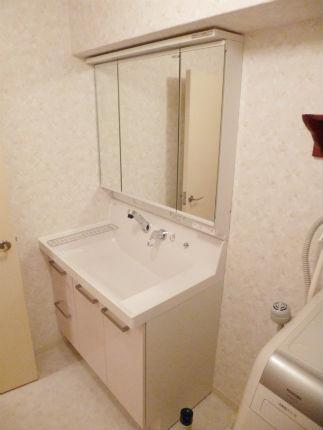 パウダーピンクのピアラと花柄の壁紙で上品な洗面化粧室