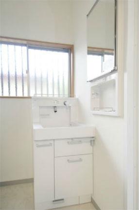 """窓に合わせて配置した洗面台""""リモデア"""" 奈良市"""
