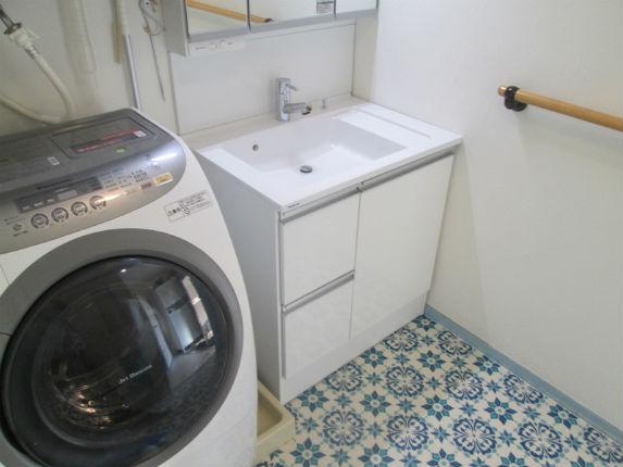 タイル貼り風のクッションフロアにより、レトロで華やかな洗面脱衣室