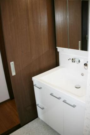 つぎ目がないシンプルな洗面台 キューボ