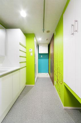 スペースを活かし収納棚を設置した洗面脱衣所