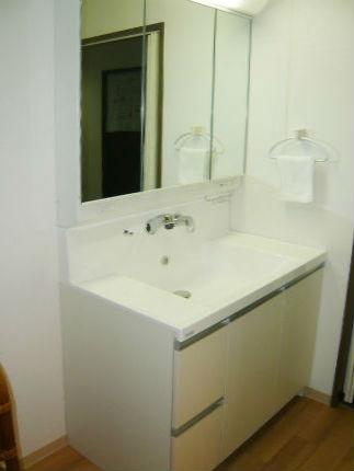 たっぷり収納ができる間口90cmの洗面台「キューボ」