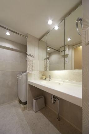 ホワイトで統一した広々した造作の洗面化粧台