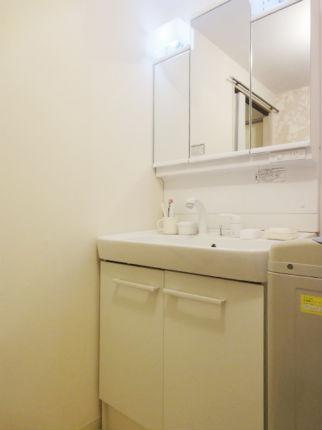 アクセントクロスでおしゃれな洗面空間