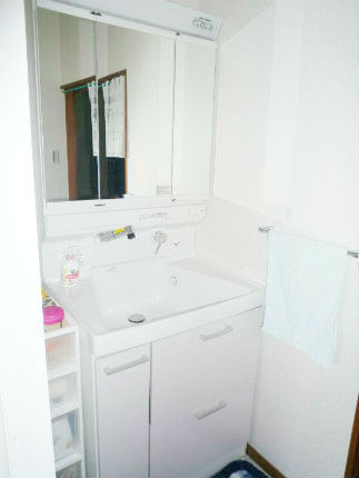 ホワイトのサクアで明るい洗面スペースに