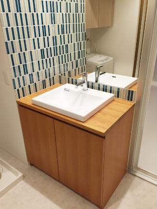 3色のボーダータイルを組み合わせた北欧テイストの造作洗面台