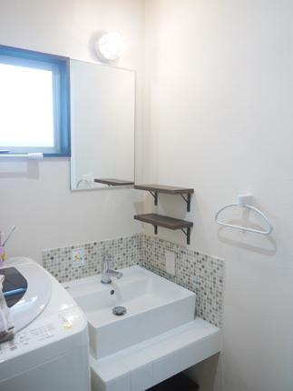 2種類のタイルとマリンランプで洗面化粧室をレトロに演出
