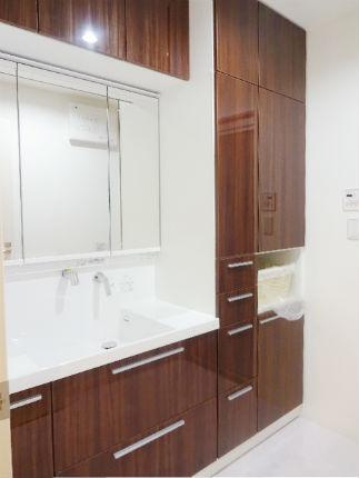 大容量の収納スペースのある洗面化粧台