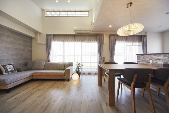 ホワイトオーク柄の床やアクセントクロスでナチュラルモダンな空間