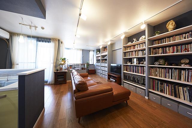 リビングに造作した壁面収納でディスプレイと収納を楽しむ