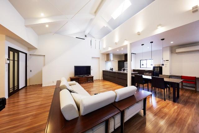 天井が高い開放的なリビングで家族と共に過ごす時間