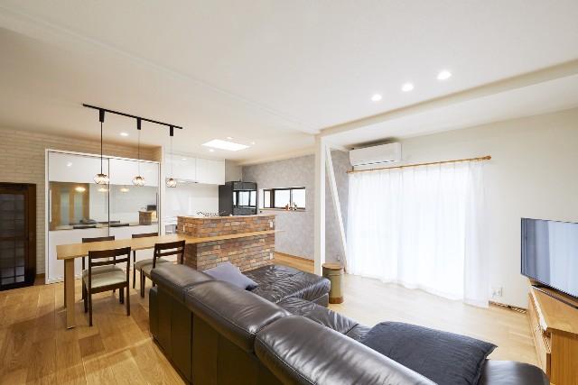 カントリー調のキッチンと融合したリビング空間