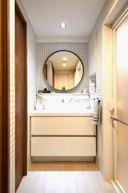 グレーと白のギンガムチェックが可愛らしい洗面空間