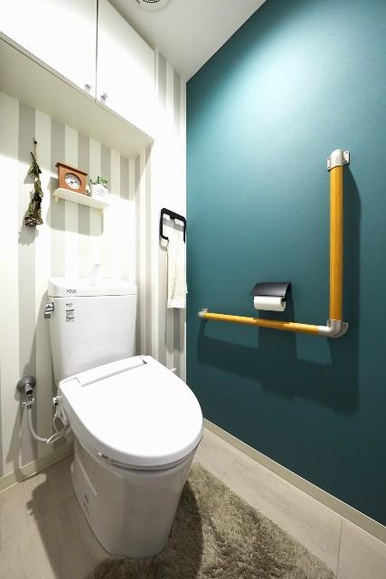 ストライプ柄がアクセントの北欧風なトイレ空間