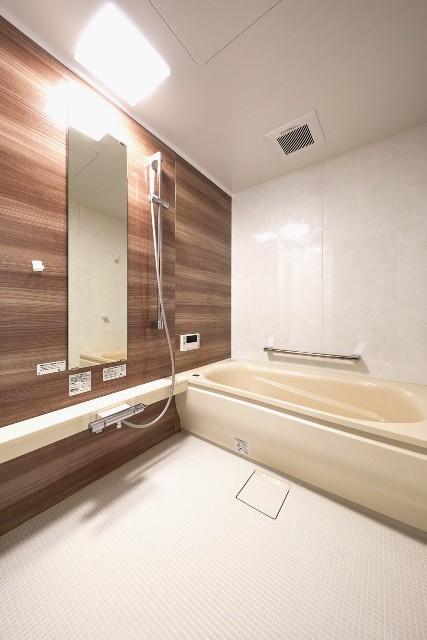 木目とベージュでまとめた暖かみのあるバスルーム