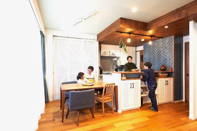 夫婦で一緒に料理を楽しむⅡ型のオープンキッチン