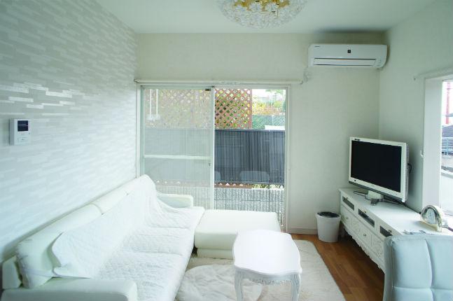 白い家具と調和した明るいリビング 箕面市