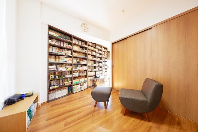 壁面いっぱいに広がる自慢の書庫スペース