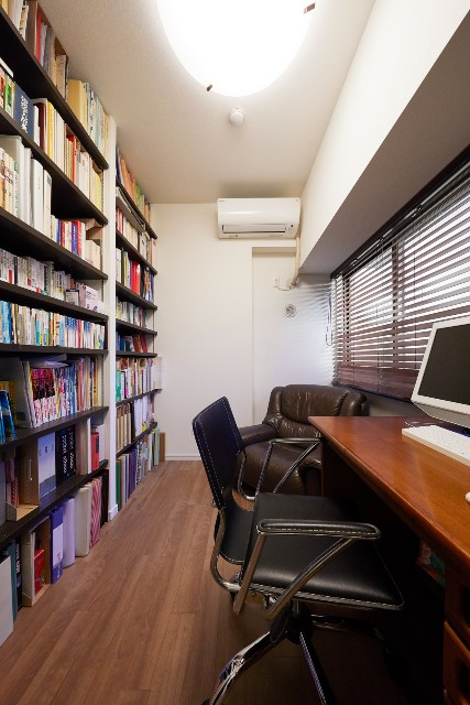 壁いっぱいに本棚を造作した憧れの書斎