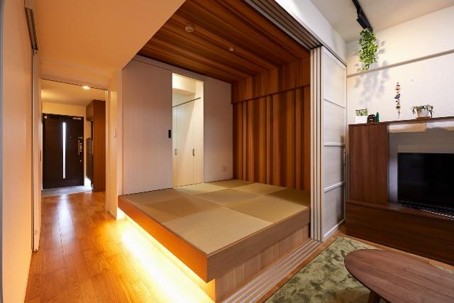 濃い木目とフットライトが演出する落ち着きのある和室