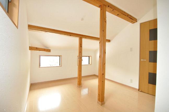 屋根裏収納を改装し、窓のある明るい空間へ