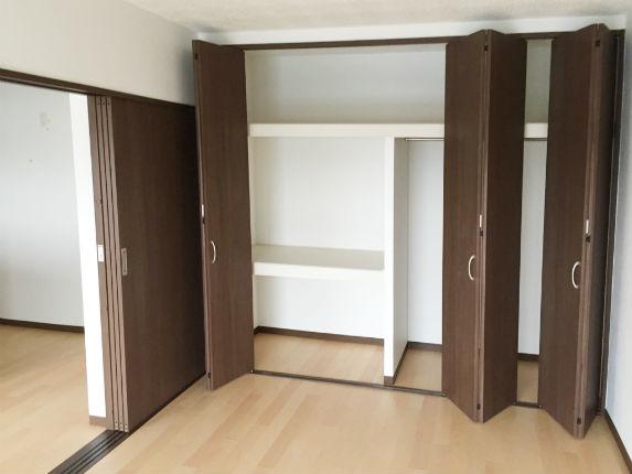 落ち着いたダークブラウンの収納で高級感のある一室