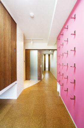 折りたたみ式フックを使用したデザイン性のある収納スペース