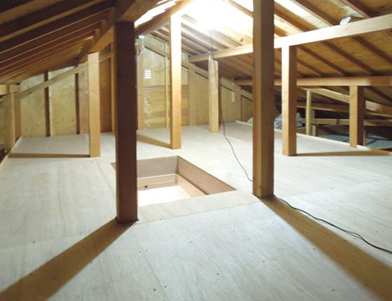屋根裏に収納スペースを造作