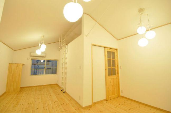 自然素材を使用した開放的な洋室