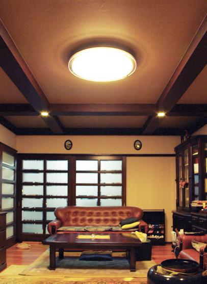 天井に梁型のアクセントを造作