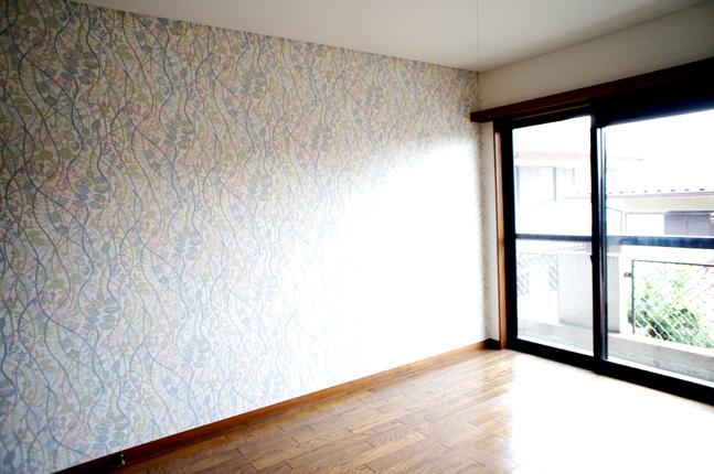 北欧風のアクセントクロスでさわやかな寝室