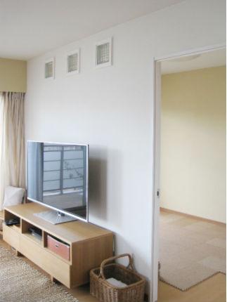 LDKにガラスブロックを使用した洋室