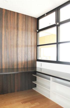 和室から壁一面フローリングのゆったりと落ち着きある書斎空間に