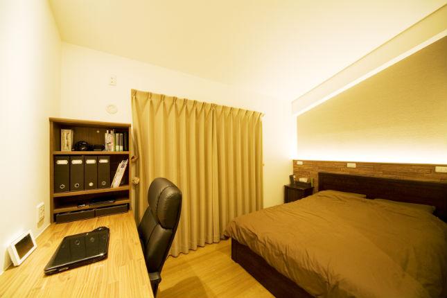 造作上照明でくつろぎ感を演出する寝室
