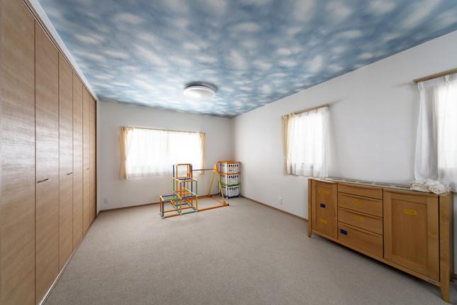 天井の空柄クロスで爽やかな部屋