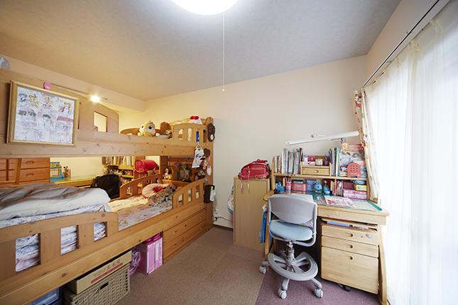 個人のスペースが保たれた開放感のある子供部屋
