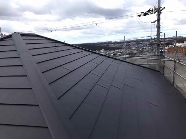 耐久性が高い無機塗料の外壁と、金属屋根のガルテクトをかぶせ葺き