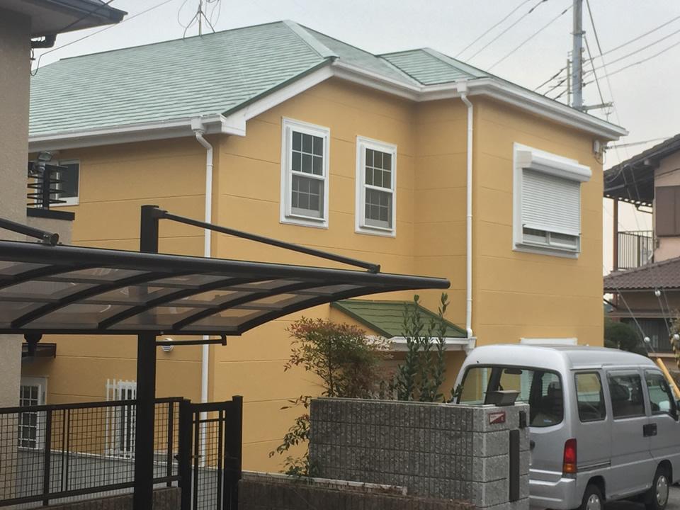 オリーブグリーンの屋根とやまぶき色の外壁塗装で明るい外観に