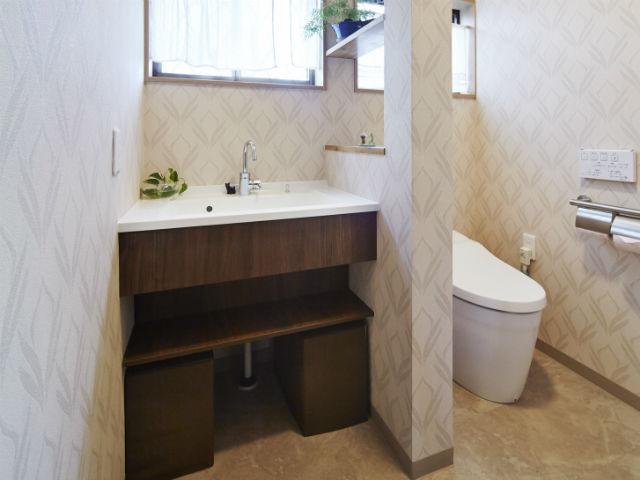 タンクレストイレと手洗い器がひとつの空間に。バリアフリーに配慮したレストルーム