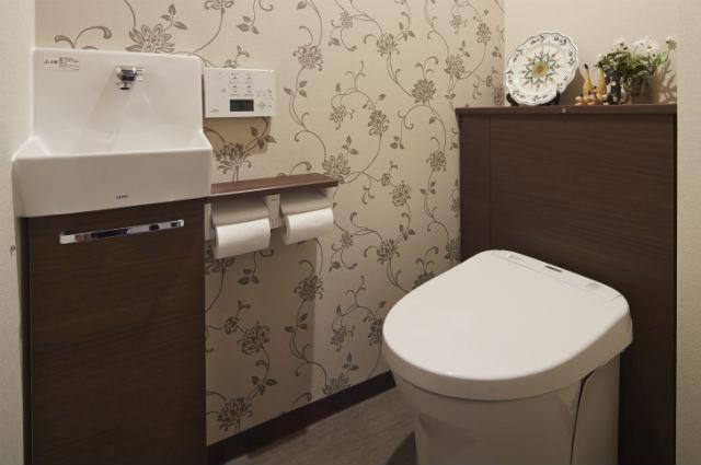 収納キャビネット付のシックなトイレ