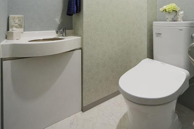 2種類のグリーンのクロスで彩る爽やかなトイレ