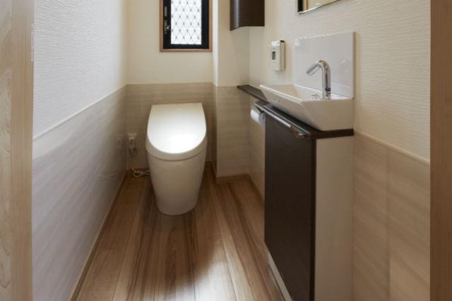 扉をバリアフリー仕様にして開閉が楽に行なえるトイレ