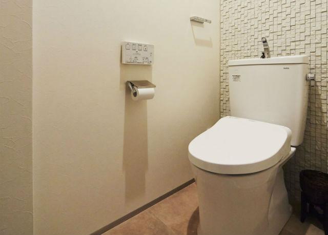 ニッタイのタイル「マーロン」がアクセントのおしゃれなトイレ