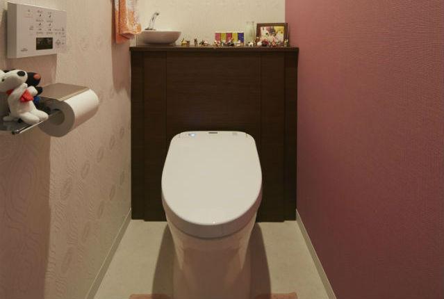 小物が飾れる収納棚付のトイレ【TOTOレストパル】