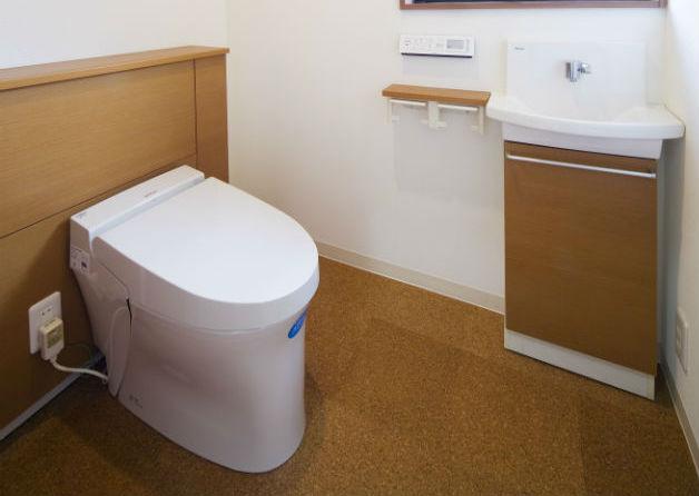 コルクタイルの床であたたかみのあるトイレ