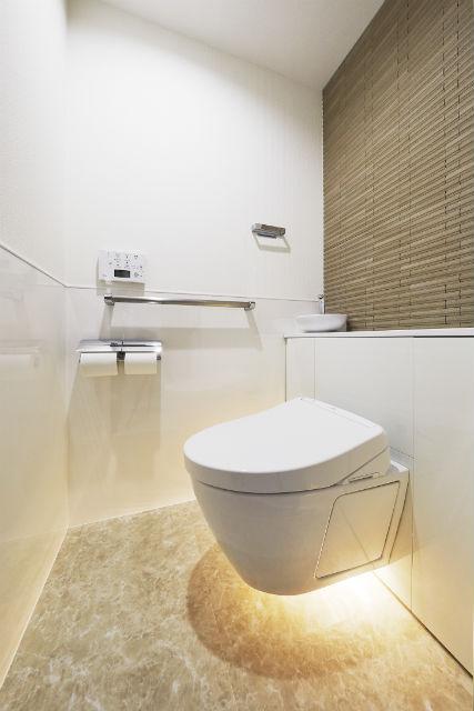 「やわらかフロアライト」で落ち着きのあるトイレ空間