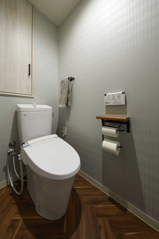 木目調のクッションフロアをアクセントに。北欧風なトイレ空間