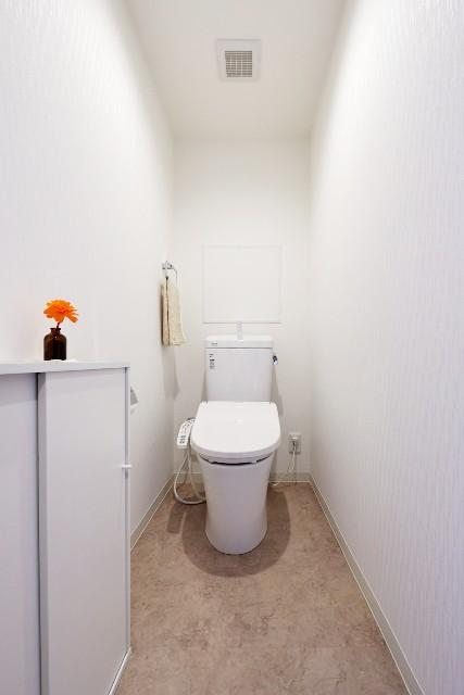 清潔感のあるホワイトでまとめたトイレ空間