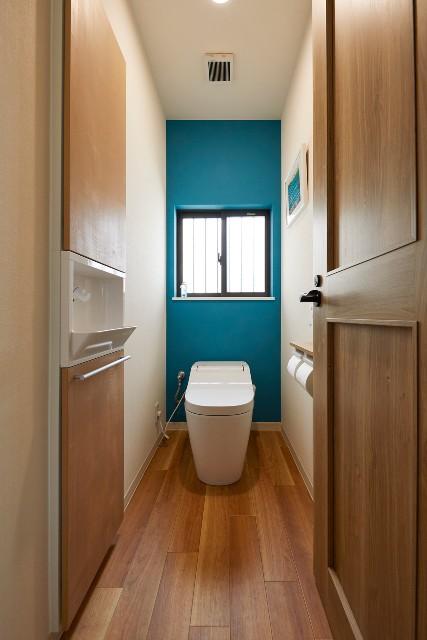 西海岸がテーマのカジュアルなトイレ空間